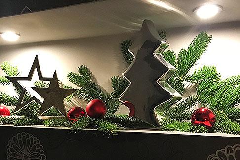 Weihnachtsdeko auf Ablage